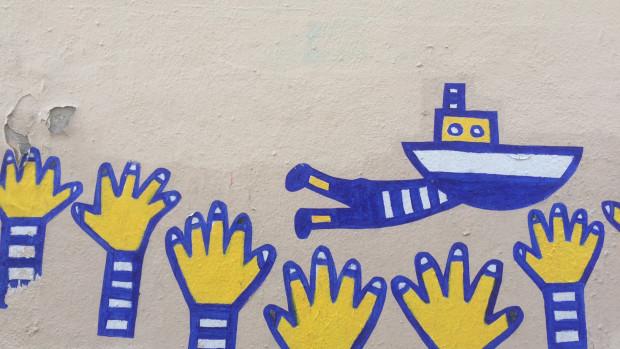 Collage sur un mur à Paris.