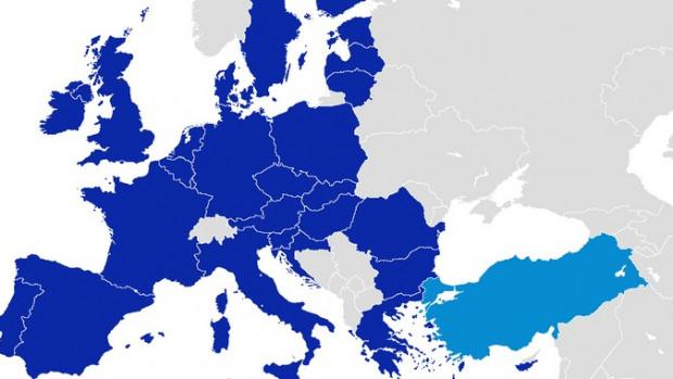 La crise migratoire a fait apparaître une nouvelle dimension à la relation UE-Turquie. La situation inédite en mer Méditerranée a poussé les Etats membres de l'UE à passer un accord controversé avec Ankara.