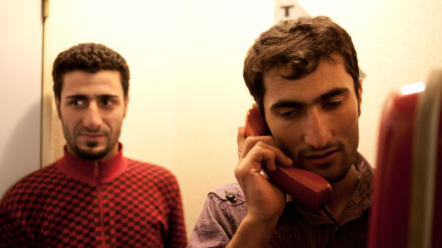 25 janvier 2010 : Hommes appartenant au groupe des 63 réfugiés kurdes de Syrie hébergés à l'hôtel Formule I de Nîmes suite à leur libération, la veille, du centre de rétention administratif CRA de Nîmes par décision du juge des libertés.