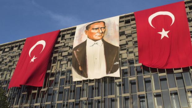 15 avril 2006: Portrait d'ATATURK sur un immeuble de la place Taksim, Istanbul, Turquie, Moyen Orient.