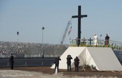 17 février 2016 : Le pape François priant devant une croix en bois érigée près de la frontière entre le Mexique et les Etats Unis d'Amérique à Ciudad Juarez, Mexique.