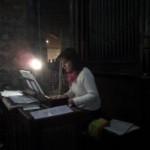 D'origine arménienne, Gayane, professeur de piano, joue de l'orgue à l'église.