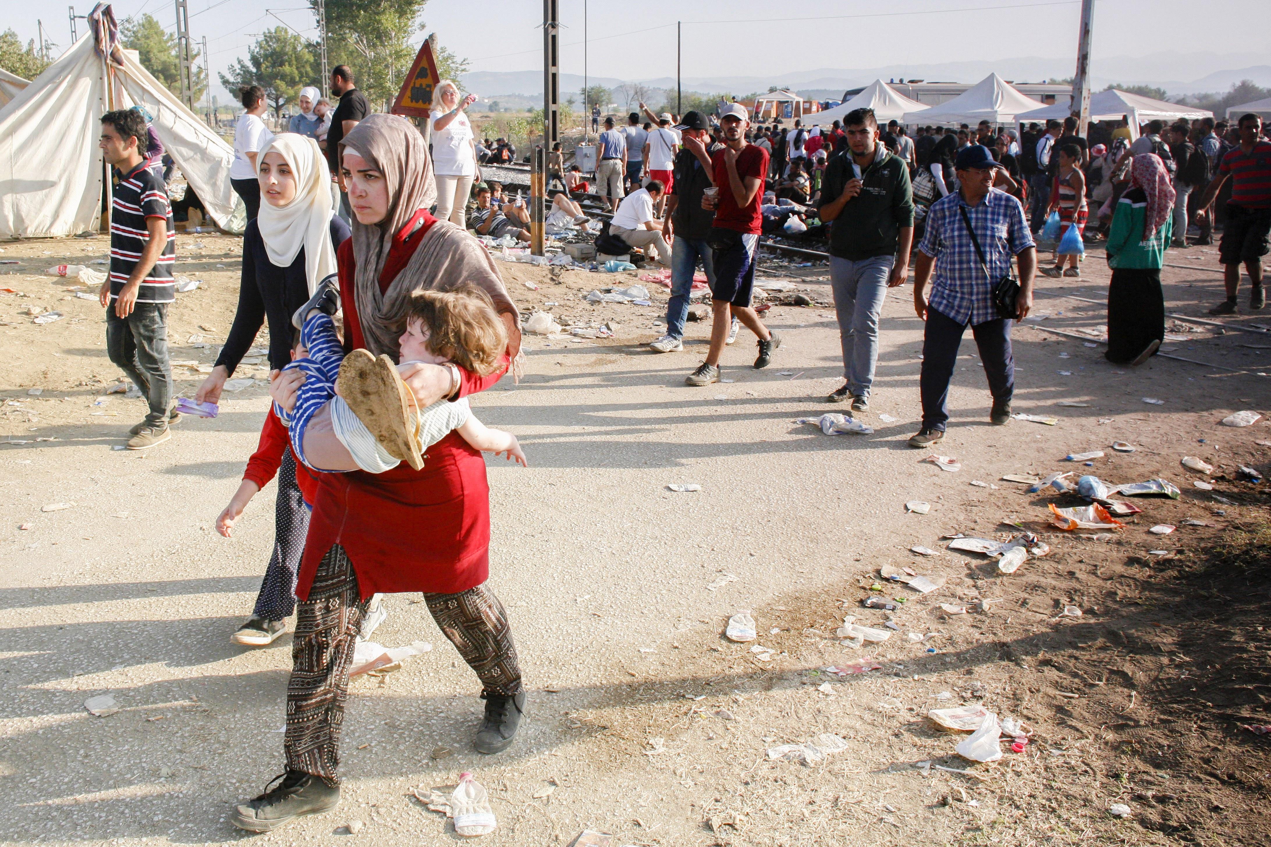 A Idomeni (Grèce), des migrants, principalement syriens, traversent la frontière avec la Macédoine. Catholic Relief Services (CRS) et Caritas fournissent nourriture, sacs de couchage et matelas, produits d'hygiène, conseils juridiques, services de traduction.