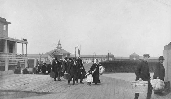 Des immigrés arrivant à Ellis Island (Etats-Unis).