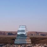 Dans le désert iranien, à travers une installation composée de blocs en miroirs rotatifs, l'artiste iranienne Shirin Abedinirad et le designer italien Guglielmo Torelli proposent une version moderne de la tour de Babel (2015).