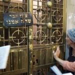 Prière devant le tombeau de Sarah dans le Caveau des Patriarches (côté juif) érigé sur le tombeau d'Abraham, Isaac et Jacob. Lieu saint du judaïsme et de l'islam. Hébron, territoires occupés, Israël-Palestine, Moyen-Orient.
