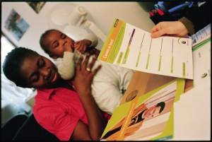 Une jeune maman sans papiers lors d'une consultation chez le pédiatre. Hébergée dans un foyer du CASP, elle est prise en charge par le réseau de santé Solidarité-Paris-Maman.