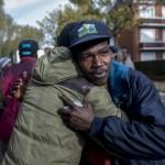 30 octobre 2015 : Lors d'une évacuation, scène d'au revoir entre deux amis réfugiés alors qu'ils s'apprêtent à monter dans des bus différents pour être transportés de Calais vers d'autres centres d'accueil en France.