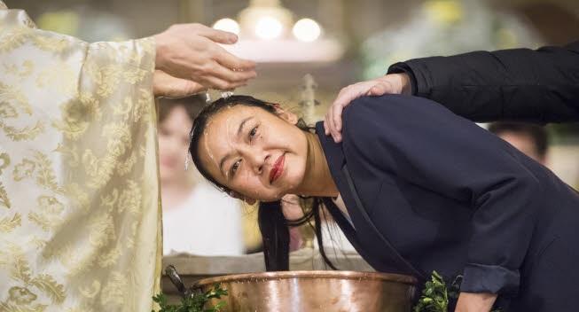 31 mars 2018 : Baptême de Kim-Chloé, lors de la Vigile pascale. Paroisse Saint Ambroise, Paris (75), France.