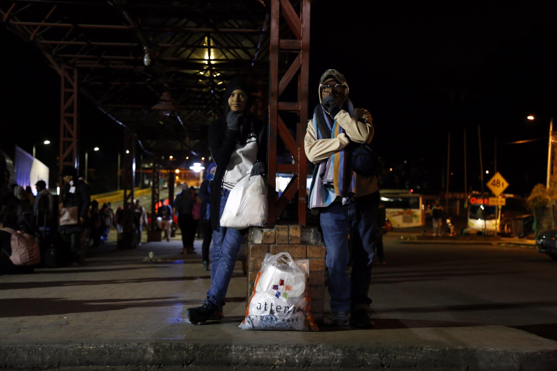 Vénézuéliens à la frontière équatorienne.