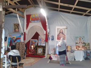 15 décembre 2015 : Une femme prie dans l'église orthodoxe de la Jungle, à Calais.