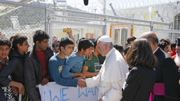 16 avril 2016 : Le pape François visite le camp de Moria sur l'île de Lesbos (Grèce), pour interpeller l'Europe et le monde sur l'accueil des migrants.   April 16, 2016: Pope Francis greets migrants and refugees at the Moria refugee camp near the port of Mytilene, on the Greek island of Lesbos, Greece.