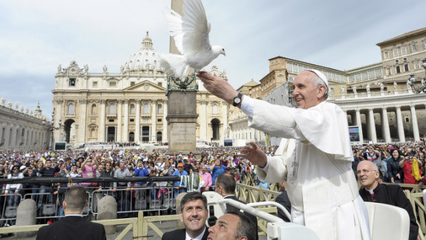 15 mai 2013 : François libère une colombe lors de son audience générale, place Saint-Pierre au Vatican. Rome, Italie.   EDITORIAL USE ONLY. NOT FOR SALE FOR MARKETING OR ADVERTISING CAMPAIGNS. May 15, 2013: Pope Francis frees a dove during his weekly general audience in St. Peter Square at the Vatican. Rome, Italy.