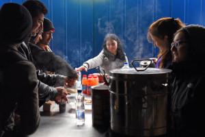 Réfugiés sur la route des Balkans. Près de la gare centrale de Belgrade, des associations, dont Caritas, ont ouvert un centre d'accueil où les réfugiés peuvent faire une pause en attendant un train ou un bus pour la frontière croate, prendre une douche, boire une boisson chaude, emporter un sac de vivres, changer de chaussures ou de vêtements. Belgrade, Serbie, 5 décembre 2015.