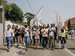 6 juillet 2018 : La Marche solidaire pour les migrants, composée d'associatifs, de citoyens engagés et de migrants, partie le 30 avril de Vintimille, à la frontière franco-italienne, arrive à Calais. Son objectif est d'atteindre Douvres puis Londres, en Angleterre, en prenant un ferry. Calais (62), France.