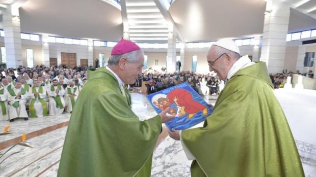 Le pape François reçoit une image de Jésus marchant sur la mer et sauvant un migrant, lors de la messe pour les participants de la rencontre « Libérés de la peur ». Rome, le 15 février 2019.