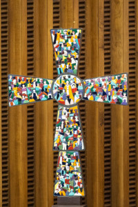 15 février 2017 : Mosaïque de l'Humanité, oeuvre de l'artiste Roberto JOPPOLO, présentée lors de l'audience hebdomadaire, dans la salle Paul VI au Vatican. February 15, 2017: Weekly general audience in the Paul VI hall. Cross, Mosaic of humanity by Roberto JOPPOLO at the Vatican.
