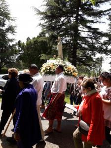 Lors du pèlerinage des migrants de la province de Rennes, un homme originaire de l'île de Wallis (Polynésie) marche aux côtés de Notre Dame de Fatima lors de la procession vers le calvaire de Pontchâteau.