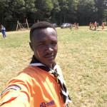 Venu du Darfour (Soudan), Ismail est passé par Calais puis a été accueilli à Metz. Bien que musulman, il est chef chez les Scouts et Guides de France.