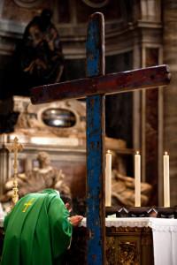 17 janvier 2016 : Journée mondiale du migrant et du réfugié. Messe célébrée en la basilique Saint-Pierre, autour de la croix de Lampedusa, une œuvre réalisée avec le bois de bateaux de migrants et bénie par le pape François en 2014.Vatican, Rome, Italie.