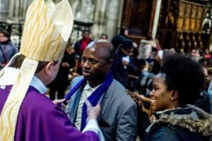 Remise de l'écharpe violette par Mgr Pascal DELANNOY, évêque de Saint-Denis, lors de la célébration de l'Appel décisif des catéchumènes adultes à la cathédrale basilique de Saint-Denis (93), France.