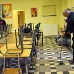 """""""Hiver Solidaire"""" à la paroisse Notre-Dame des Vertus, à Aubervilliers. D'octobre 2012 à fin mars 2013, 3 migrants sans abri sont hébergés par une équipe de bénévoles dans un local paroissial, en lien avec le CEDRE (Centre d'entraide pour les demandeurs d'asile et les réfugiés), une antenne du Secours catholique. Aubervilliers (93), 15 février 2013."""