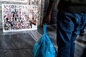 23 juin 2016 : Un jeune réfugié, arrivé recemment d'Erythrée, se tient devant les photos qui retracent le long périple des migrants qui ont traversent la Méditerranée. Eglise Sainte-Marie du Trastevere à Rome, Italie.