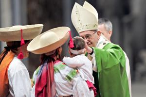 14 janvier 2018 : Le pape François bénissant un enfant lors de la messe qu'il préside pour la Journée mondiale du migrant et du réfugié, en la basilique Saint-Pierre au Vatican.