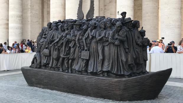 Statue représentant des migrants de différentes cultures, inaugurée par le Saint-Père sur la place Saint-Pierre à Rome, le 29 septembre 2019.