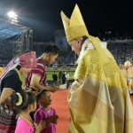 Procession des offrandes, apportées par une famille durant la messe célébrée par le pape François dans le Stade National de Bangkok (Thaïlande), 21 novembre 2019.