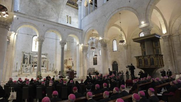 Le pape François rencontre les évêques de la Méditerranée, basilique Saint-Nicolas à Bari (Italie), le 23 février 2020.