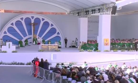 """Le pape François a célébré la messe à Bari, le 23 février 2020, en conclusion de la rencontre """"Méditerranée, frontière de paix""""."""