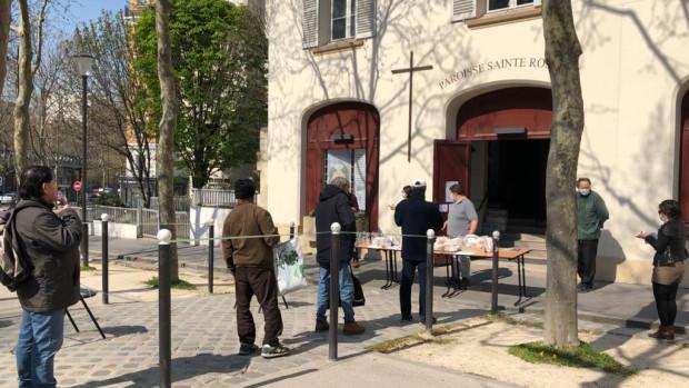 Distribution alimentaire  à la paroisse Saint-Rosalie (Paris 13ème), pendant la crise sanitaire du Covid-19, le 30 mars 2020.