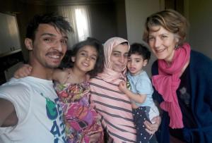 La famille syrienne accueillie par un collectif oecuménique du Val d'Oise reçoit Sophie de Croutte (Fédération d'Entraide Protestante).