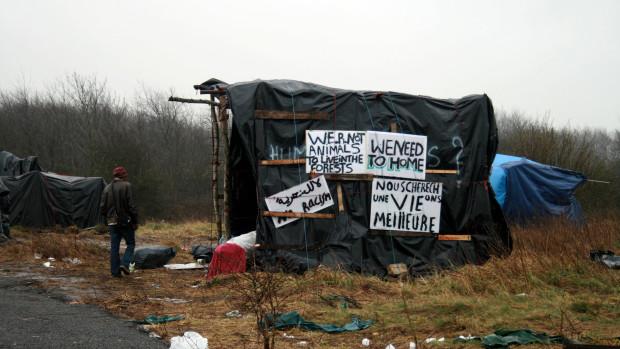 Abri et pancartes dans la Jungle de Calais (Avril 2015).