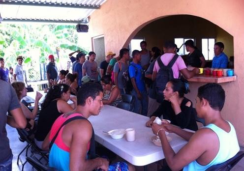 Petit-déjeuner à La 72, auberge pour migrants à Tenosique, Tabasco (Mexique).