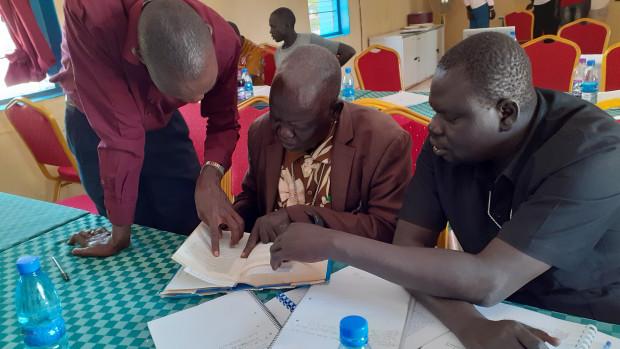Les pasteurs anglican et protestant avec le responsable de la Commission Justice et Paix de Rumbek (Soudan du Sud,  janvier 2020)